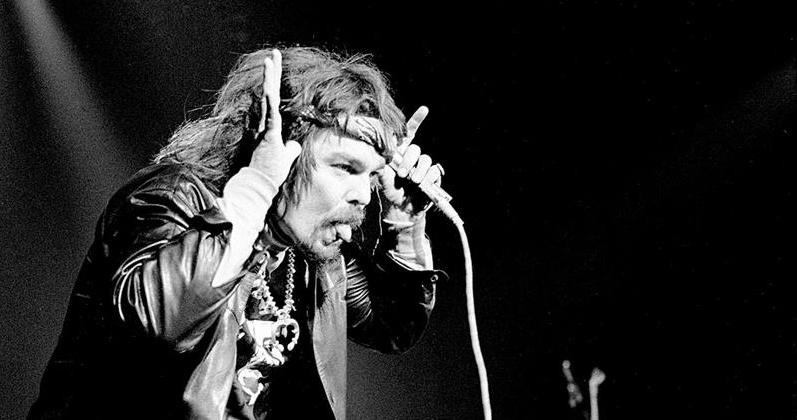 Captain Beefheart loses his shit during tumultuous 1975 gig opening for Frank Zappa