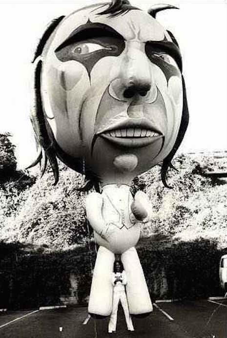 Alice Cooper and the massive 30-foot Alice Cooper balloon, 1975