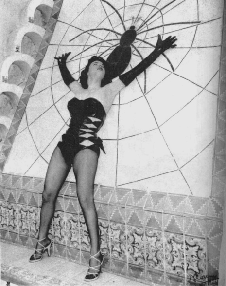 Pin Up Model Betty Blue in front of the Spider Tile