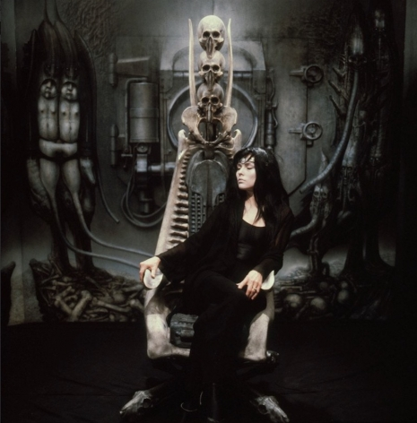 H.R. Giger body paints Debbie Harry for album cover and video—behind the scenes