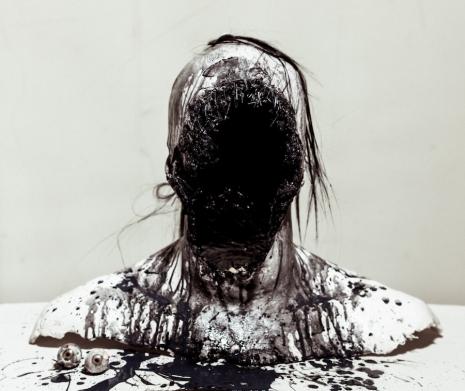 Fake human remains become horrifyingly realistic high-art - @Dangerous Minds Artes & contextos sitkinnofaceblackandwhitepwieaklsdalskdflka 465 391 int
