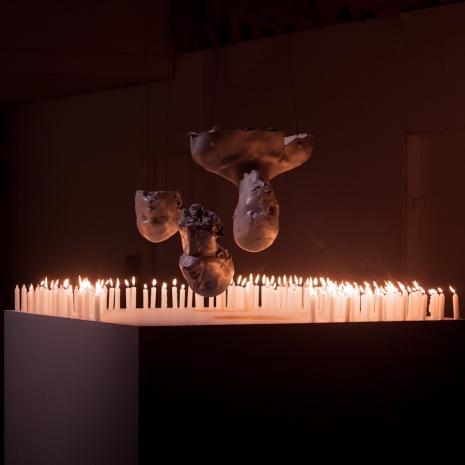 Fake human remains become horrifyingly realistic high-art - @Dangerous Minds Artes & contextos sitkinsclupturesthreeupsidedownaslk 465 465 int