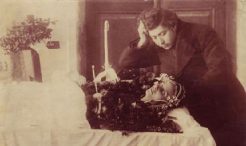 Dead Creepy: Family portraits with deceased relatives